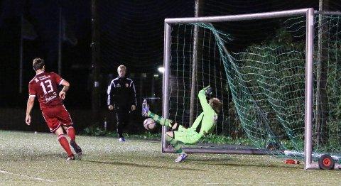 Rasmus Ulsrud scorer ett av sine fire mål i fredagens kamp mot Søndre Land.