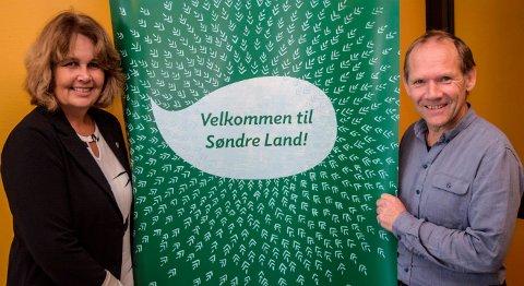 MILEPÆL: - Nå har vi gjort vårt. Nå kommer vi til å følge utålmodig med på at utbyggerne gjør sitt, sier ordfører Anne Hagenborg og prosjektleder Knut Åge Berge om storsatsingen på fiberbredbånd i Søndre Land.