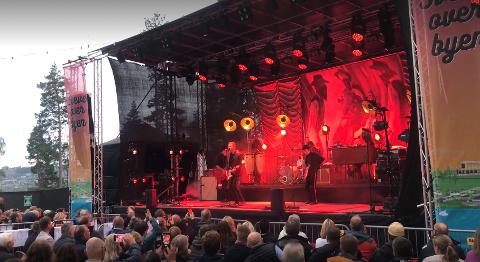 CC COWBOYS: Fredrikstadbandet har tydelig et godt feste ved Mjøsa også. 900 publikummere tok turen på lørdagens konsert på Hovdetoppen.