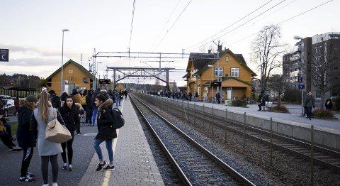 STAPPFULLT: To fulle perronger venter på togene onsdag ettermiddag. Ikke før i 2023 blir det bedre plass for de reisende.