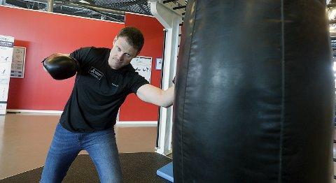 TRENING: : Roddy McLeod ved Sparta treningssenter vil låne ut utstyrspakker til sine medlemmer. - Vi starter med utlån fra onsdag, sier treningsentusiasten .