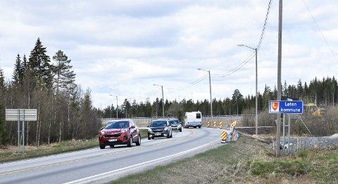 SNART KLART: Her på kommunegrensa mellom Løten og Elverum kommer bommene på ny og gammel riksveg 3/25.
