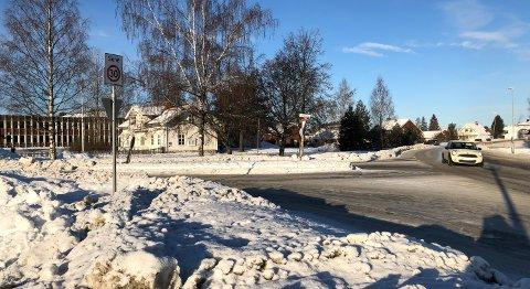 DAGENS KRYSS: Innkjøringen til Torggata fra Strandbygdvegen. Nysted og Elverum ungdomsskole til venstre.