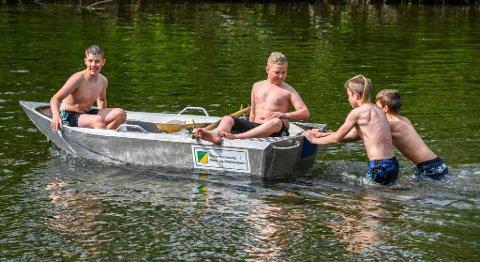 Isak Ødegård og Mathias Nikolaisen får skyss på elva.
