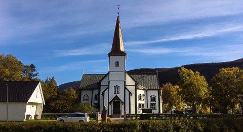 140 år etter at kirka sto ferdig, har den nå fått kobbertårn.