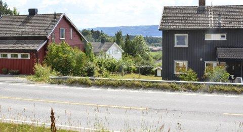VEKKER DEBATT: Furnesvegen 305 og 307, i forgrunnen, har avkjøring til den trafikkerte Furnesvegen. I bakgrunnen ses Rosenlundvegen 12, eiendommen hvor eieren ønsker å bygge på og som dermed har fremmet en reguleringsendring. Foto: Jan Rune Bakkelund