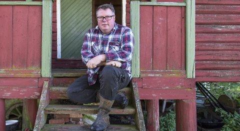 Bonden: Olav Lie-Nilsen har sjelden tid til å hvile seg på stabburstrappa.