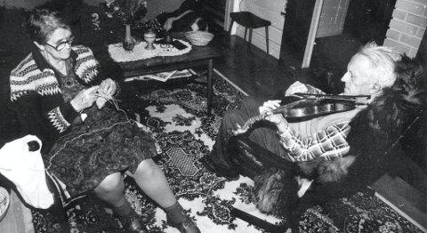 Spelemann: Slik sat dei ofte, på sine eldre dagar, Sonnev og Gunnar Dahle. Bildet er tatt i desember.1983 av Bjørn Laupsa Borge.
