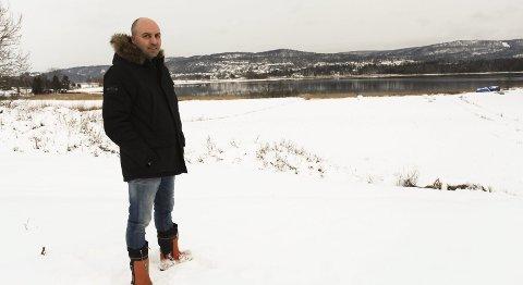 VIL SETTE I GANG: På jordet ned mot sjøen ønsker Lars Berg på Ve gård å starte andelslandbruk. Rundt 15 har meldt interesse for å bli andelseiere.Foto: Lena Malnes