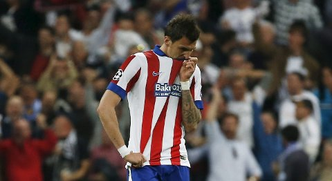 Football - Real Madrid v Atletico Madrid - UEFA Champions League Quarter Final Second Leg - Estadio Santiago Bernabeu, Madrid, Spain - 22/4/15 Atletico Madrid's Mario Mandzukic looks dejected after Javier Hernandez (not pictured) scored the first goal for Real Madrid Reuters / Sergio Perez Livepic