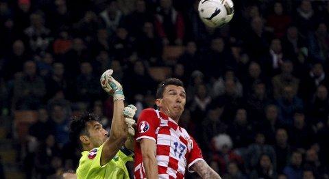 Vår oddstipper tror at Kroatia og Mario Mandzukicvinner fredagens hjemmekamp mot Italiaa som spilles i Split. Foto: Reuters