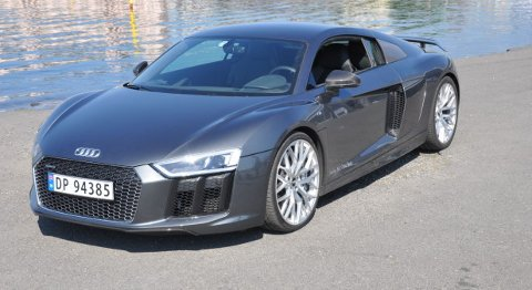 Audi R8 Plus er en bil du legger godt merke til – selv når den er lakkert i en diskret gråfarge.