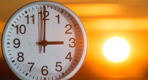 Klokken skal stilles tilbake én time natt til søndag. Det kan bli for siste gang.