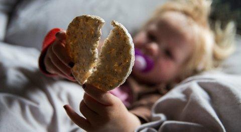 Små barn bør holde seg unna riskaker, uttaler Mattilsynet.
