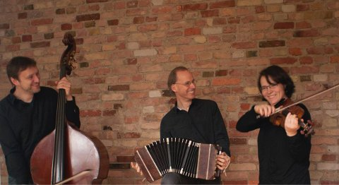 Glorvingen Trio. Fra venstre Arnulf Ballhorn på kontrabass, Per Arne Glorvingen på bandoneon og Daniela Braun på fiolin.