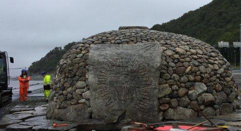 BYGD OPP IGJEN: Steinene i Tusenårsøysa er lagt på plass ved hjelp av gravemaskin med steinklype, muskelkraft og et godt kart. Foto: Stangeland Maskin