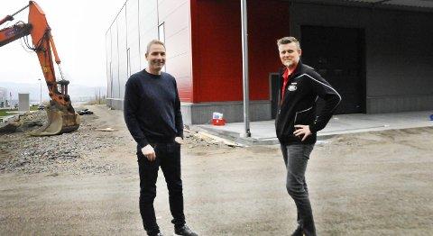 NYTT BYGG: Administrerende direktør Jarle Karlsen og produksjonsleder Sindre Solbakken utenfor det nye bygget på Rødmyr.foto: anne lill w. aas