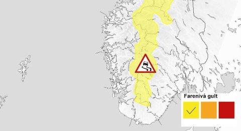 Det meldes om vanskelige kjøreforhold og kraftig vind i helgen. Det anbefales å legge om til vinterdekk dersom man skal kjøre på fjellovergangene i Sør-Norge. Foto: Meteorologisk institutt.