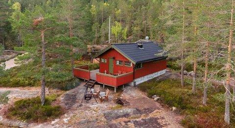 Hytte i Vrådal med utsikt over Vråvatn, bilvei frem og innlagt strøm.