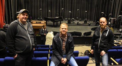 FORNØYD: Halvveis i konsertserien er Vegard Finnekåsa - Konsertservice, Thomas Skogheim - daglig leder i Munin.live og Jostein Thomassen - digital manager i Munin.live godt fornøyd så langt. Nå gjenstår 12 gode konserter i teateret.