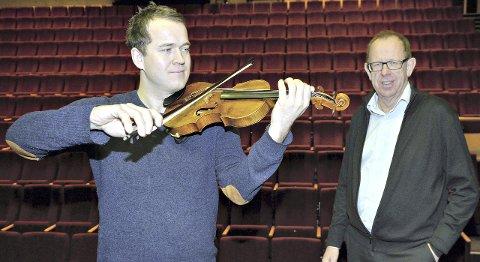 Anders Larsen er ny leder for Vårsøg-festivalen i Surnadal, men skal fortsatt spille fiolin i Trondheim Symfoniorkester og TrondheimSolistene. Dette bildet er fra 2015 da Lars Løseth kjøpte fiolin til ham.