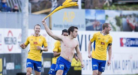 Jervs Alexander Lind (midten) feiret 0-1 i kvalifiseringen på Kristiansund stadion i fjor. Søndag kveld knappet de inn på KBKs tabellforsprang med tre poeng. Foto: Svein Ove Ekornesvåg / NTB scanpix