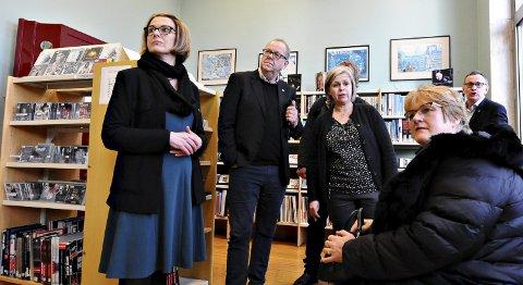 Venstrepolitikerne Ragnhild Helset (fra venstre), Pål Farstad, biblioteksjef Elisabeth Soleim, rådgiver Åsmund Prytz (bak), Trine Skei Grande og Asgeir B. Hansen på bibliotekbesøk.