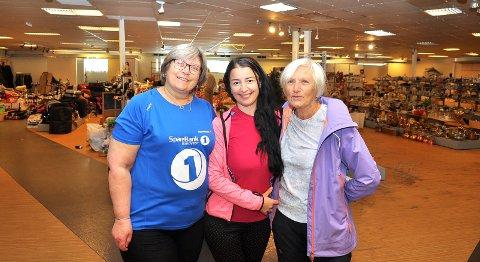 Mariann Løvik (fra venstre), Yevdokiia Arama og Ann Karin Løvik ønsker seg enda flere lopper før de ønsker oss alle velkommen til det største loppemarkedet Kristiansund noensinne har sett.