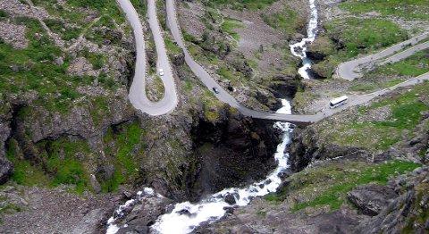 Trollstigen 20030808 : Utsikt fra Trollstigveien fra utsiktpunktet. Turiststed. Svinger.  Foto: Lise Åserud / SCANPIX (FRB)