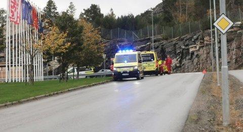 Ambulansepersonell, politi og brannvesen jobber på stedet.