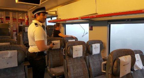 STANS: Det ble full stopp for Vestfoldbanen fredag morgen. Utenfor kan den avrevne kjøreledningen ses.
