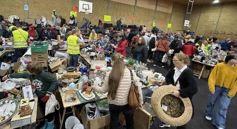 FULLT AV FOLK: Slik så det ut rett etter at loppemarkedet åpnet lørdag.