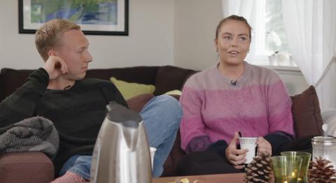 TRAKK SEG: Karla Sende trakk seg som frier i mandagens episode av «Jakten på kjærligheten». Det gjorde hun da Andreas og de andre frierne satt sammen i stuen hans og han skulle til å sende en av dem hjem.