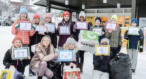 JULEGÅVEDUGNAD: Femteklassingane ved Vang Barne- og ungdomsskule er klare for å omsette dei innsamla flaskene til julegåver.