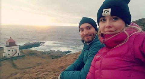 NYE I VANG: Rune og Dortea på tur til Runde fyr på Sunnmøre der dei båe er frå. No er dei klare for utfordrande arbeid og aktiv fritid i Vang.