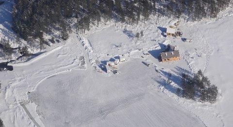 KLIPPFRAMARKA:Fra filmcampen ved Langvann i Hakadal der scener til den nye James Bond-filmen ble spilt inn siste uka i mars i år.
