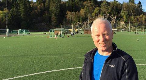 Bjørn Tore Hesjedal kan konstatere at Fossemyra har vokst fra å være en liten grusbane til å bli et skikkelig kunstgressanlegg med flere fotballbaner og høy aktivitet. FOTO: SVEIN TORE HAVRE