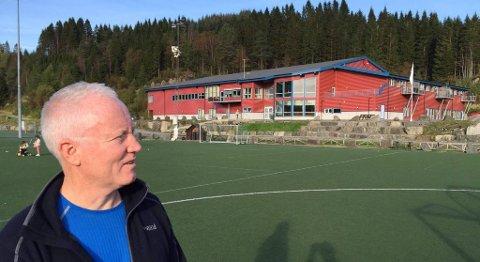 Bjørn Tore Hesjedal, leder i Meland idrettsråd og tidligere leder av Kvernbit I.L., hadde tegninger av et planlagt klubbhus på 400 kvadratmeter. Han endte opp med et allaktivitetshus på 3.400 kvadratmeter. FOTO: SVEIN TORE HAVRE
