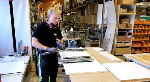 Møbelsnekker Otto Holmefjord pendler fra Indre Arna til arbeidsplassen i avsidesliggende Rolvsvåg. FOTO: SVEIN TORE HAVRE