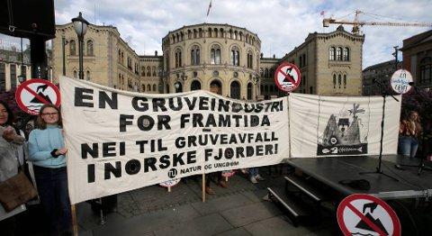 Planene om dumping av gruveavfall i Førdefjorden har skapt reaksjoner. Bildet er hentet fra en markering i regi av Natur og Ungdom, Naturvernforbundet og Vevring og Førdefjorden Miljøgruppe. FOTO: VIDAR RUUD, NTB SCANPIX
