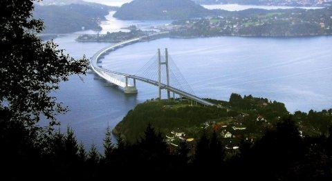 Nordhordlandsbroen ble åpnet høsten 1994. Diskusjonen om Nyborgtunnelen startet noen år i forveien. Ilandføringsstedet på Klauvaneset (midt på bildet) har hindret videre veibygging, mener lederen i Regionrådet for Nordhordland.