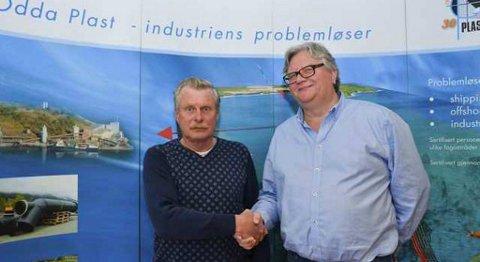 Gisle Markhus, avtroppende daglig leder av Odda Plast, sammen med Tor Petter Stensland, daglig leder av Odda Holding.