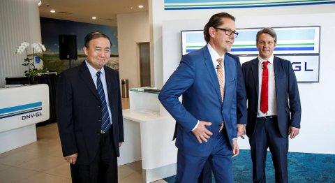 Konsernsjef i DNV GL Remi Eriksen (i midten) og visepresident DNV GL Asia Mathias Steck i DNV GL i Singapore i forbindelse med statsminister Erna Solbergs besøk i Singapore i april. FOTO: HEIKO JUNGE, NTB SCANPIX