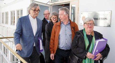 Dersom partene i staten ikke kommer til enighet innen torsdag, blir det storstreik i staten. Her er partenes forhandlingsledere på vei ut fra Riksmekleren fra meklingens første dag 4. mai. Fra venstre: Petter Aaslestad (Unio stat), personaldirektør i staten Gisle Nordheim, fagdirektør Grete A. Jarnæs, Pål Arnesen (YS Stat), og Tone Rønoldtangen (LO Stat). FOTO: HEIKO JUNGE, NTB SCANPIX