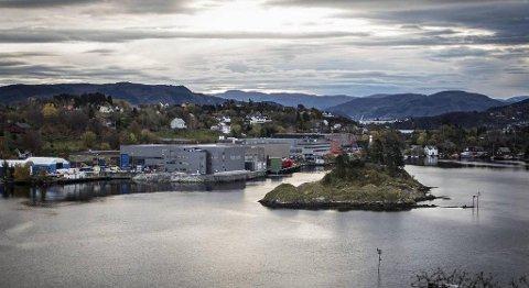 Framo vil sprenga ned holmen på bildet og fylla ut masser i sjøen, for å få større plass. FOTO: MORTEN SÆLE