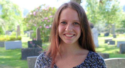 Annika Solheim frå Naustdal er den første lærlingen i barne- og ungdomsfag som har læretida si i ei kyrkje. FOTO: ASTRID IREN SOLHEIM