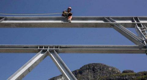 Dei kjem frå Sveits for å montere mastene til gondolane. I bakgrunnen Hoven der vi skimtar armen til mobilkranenen på toppen. FOTO: BENT ARE IVERSEN