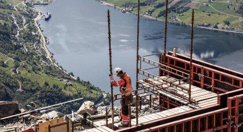 Det er ein spektakulær arbeidsplass. Like under stuper fjellet Hoven 1.011 rett ned mot Loen. FOTO: BET ARE IVERSEN