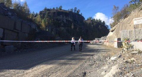 AVSPERRET: Hele området rundt steinbruddet i Tveidalen, der ulykken skjedde i oktober i fjor, ble raskt sperret av.