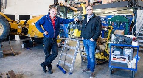PÅ VERKSTEDET: Verksmester Trond Einar Smedsrud (t.v.) og Ole Petter Anvik, daglig leder i Arne Olav Lund AS, er godt fornøyde med sine nye lokaler på Ringdalskogen.